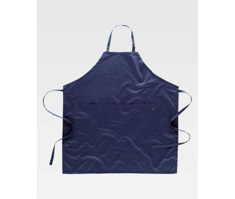 Delantal con peto. Un bolso redondeado central compartimentado. Cuello con hebilla regulable. Tiras para ajustar en la cintura.